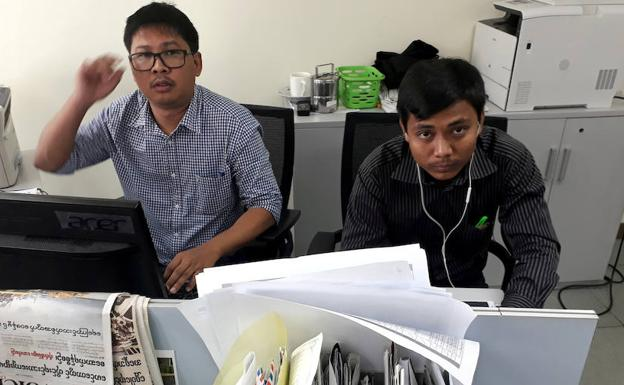 Wa Lone (i) and Kyaw Soe Oo posan. /Reuters