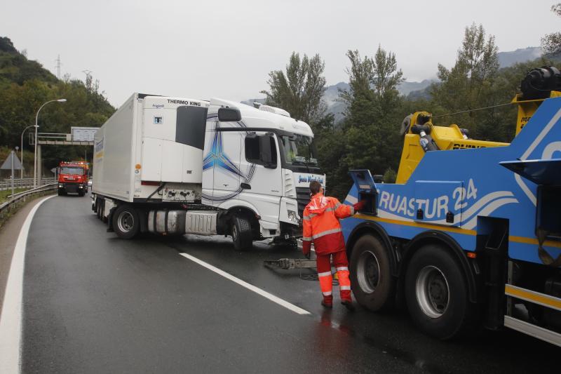 El accidente de un camión corta la autopista del Huerna durante más de dos horas