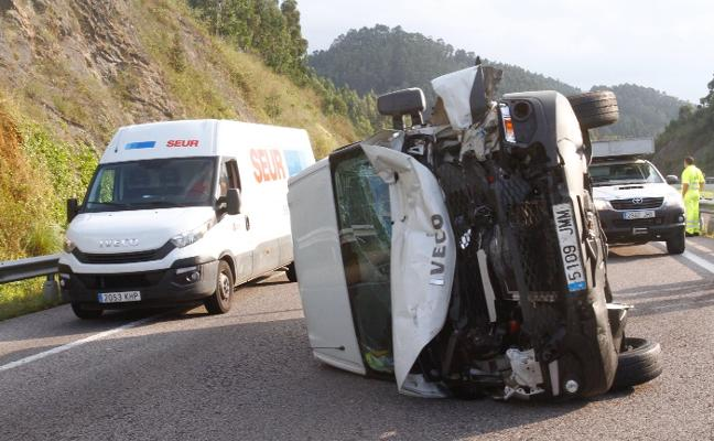 El vuelco de un furgón en la A8, en Alto del Praviano, se salda con daños materiales