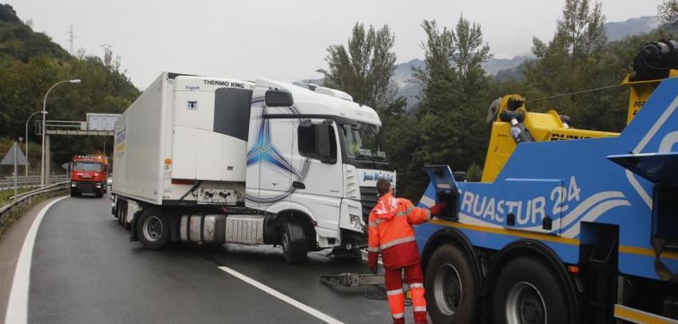 Reabre al tráfico El Huerna tras más de dos horas de corte por el vuelco de un camión