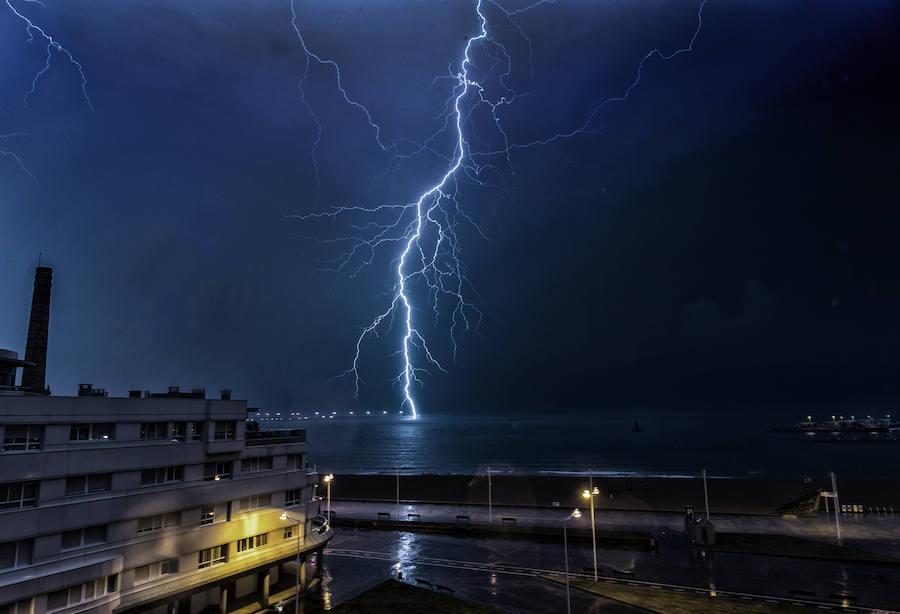 Las espectaculares imágenes de la tormenta eléctrica en Gijón