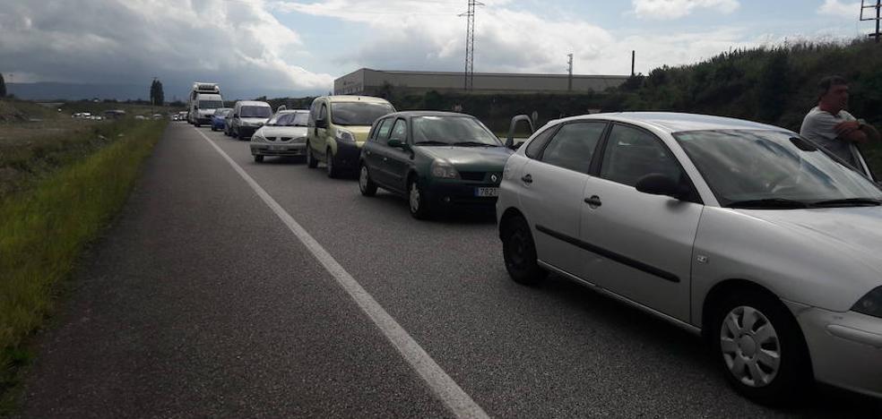 La salida de la de La Vuelta provocó retenciones en Candás