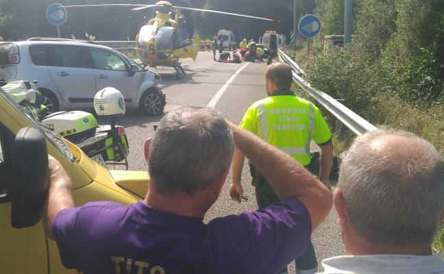 Dos heridos, uno grave, tras volcar su vehículo en la A-8 a su paso por Valdés