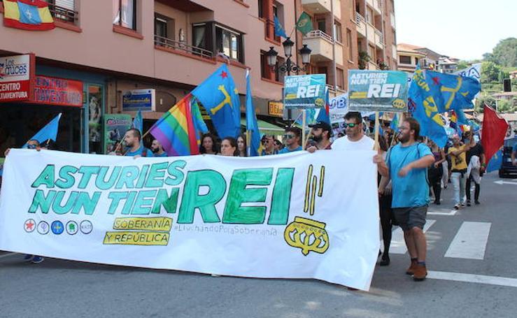 Marcha por los «valores republicanos» entre Arriondas y Cangas de Onís