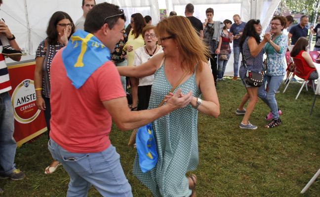 Roces, entre bailes, payasadas y espuma