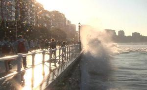 Las mareas vivas llevan las olas hasta el paseo de San Lorenzo