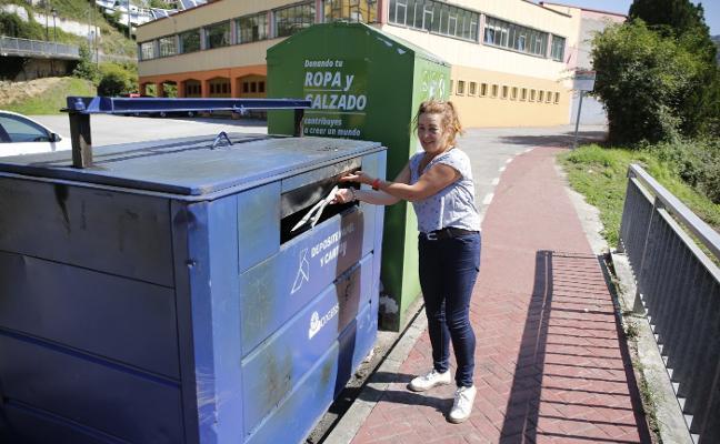Queman otro contenedor cerca del polideportivo de El Entrego