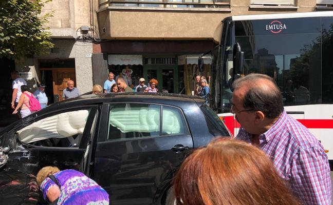 Choque entre un autobús y un coche en la avenida de la Costa