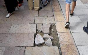 Denuncian caídas y el mal estado de los desagües en la plaza Hermanos Orbón