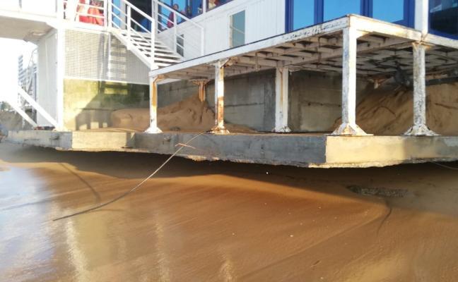 Las mareas vivas dañan la caseta de salvamento