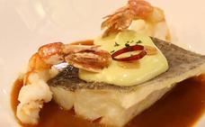 Bacalao confitado en su pilpil con langostinos y salsa vizcaína
