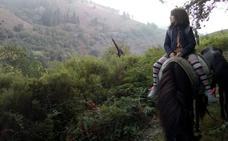 Cuatro kilómetros a caballo hasta llegar al autobús para ir al colegio en Allande