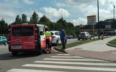 Un motorista herido tras empotrarse en el portón trasero de un vehículo en el Puente Azud