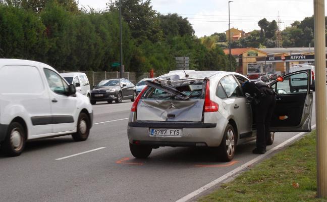 Un motorista herido tras empotrarse contra un vehículo en el Puente Azud