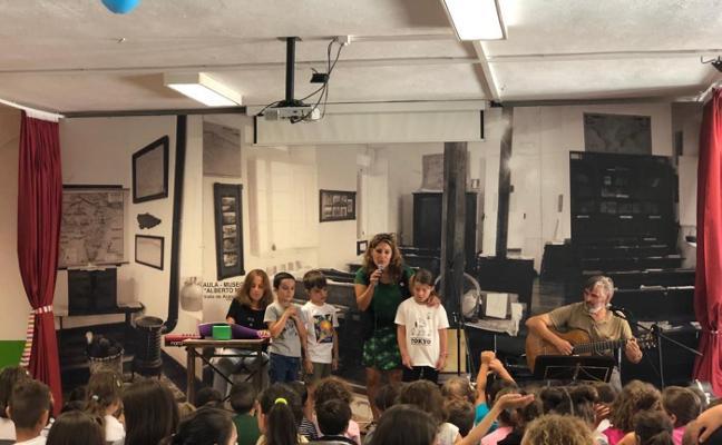 Anabel Santiago, con los escolares de Infiesto