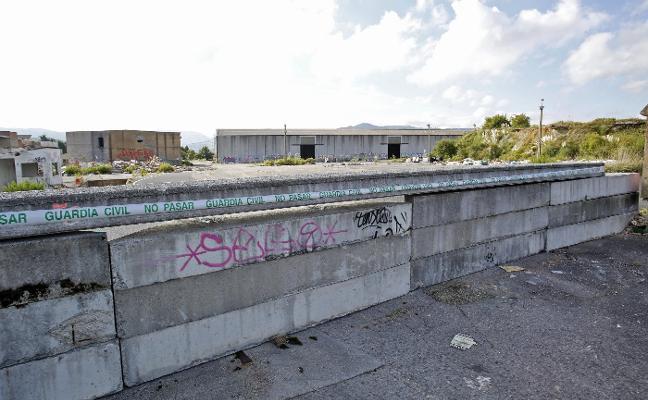 La Guardia Civil precinta los accesos a las antiguas naves de Rubiera Predisa en Ceares