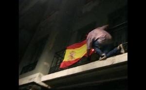 Se encarama a un balcón y trata de quemar una bandera de España durante las fiestas de San Mateo