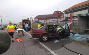 Herida una mujer al colisionar e incendiarse su coche en Siero