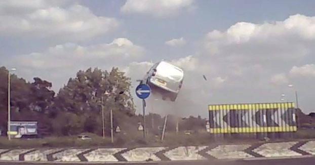 La furgoneta, la rotonda y el vuelo
