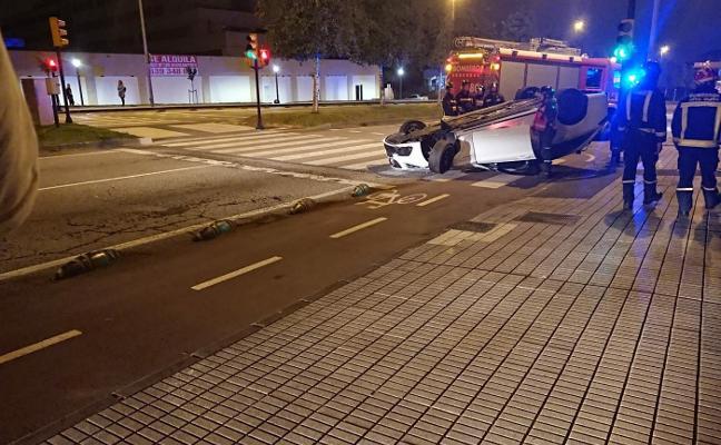 Pierde el control de su coche y da una vuelta de campana en la avenida de Oviedo