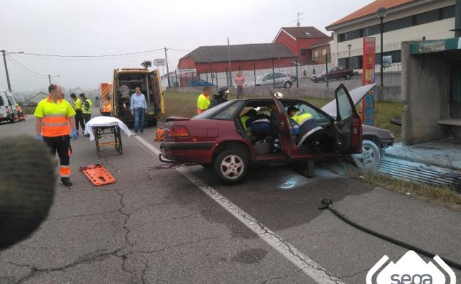 Herida grave una mujer tras colisionar con una arqueta de la AS-17 a la altura de Balbona