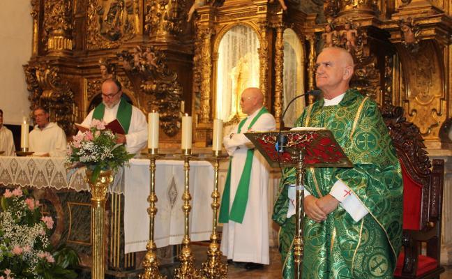 Alejandro Rodríguez oficia su primera misa como cura de Luanco