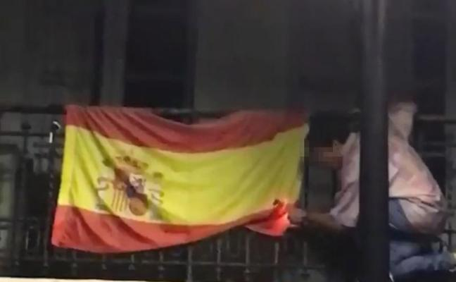 Denuncian al joven que intentó quemar y arrancó una bandera de España en Oviedo