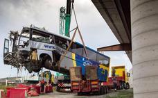 Una unidad especializada de la Guardia Civil reconstruye el accidente del autobús de Avilés