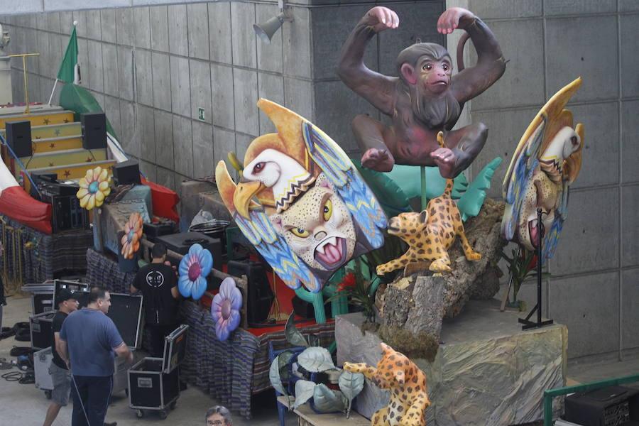 Últimos preparativos en las carrozas del desfile del Día de América en Asturias