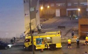 Desalojan un bloque en La Felguera al arder una tele
