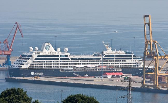 764 cruceristas disfrutan de Gijón llegados a bordo del 'Azamara Journey'