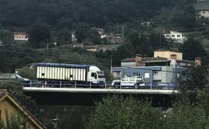 Al menos dos heridos en un accidente entre dos coches y un camión en el corredor del Nalón