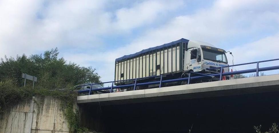 Un operario de Carreteras, atropellado tras una colisión entre dos coches y un camión en Blimea