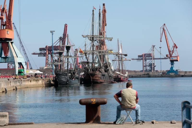 Las réplicas de la nao Victoria, el galeón Andalucía y el buque escuela Atyla, en El Musel