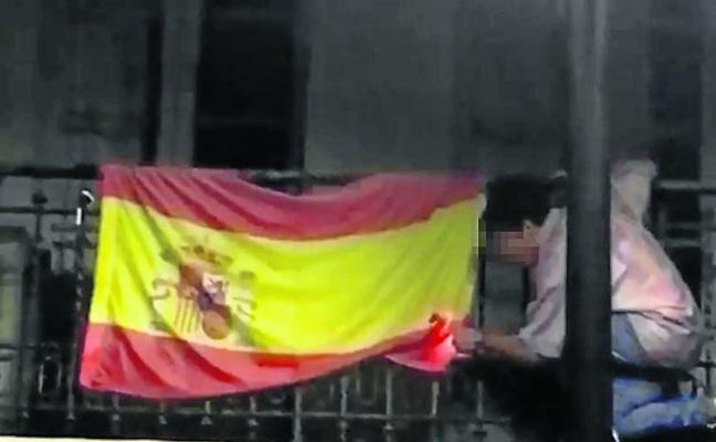 Uno de los jóvenes que intentó quemar la bandera de España en Oviedo pide disculpas a la familia