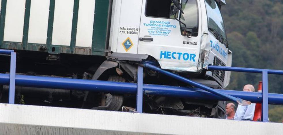 «La rueda reventó al evitar chocar», confirman los propietarios del camión accidentado en el corredor del Nalón