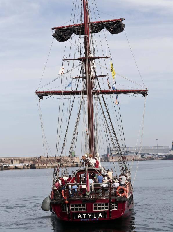 Los gijoneses se rinden a los barcos históricos