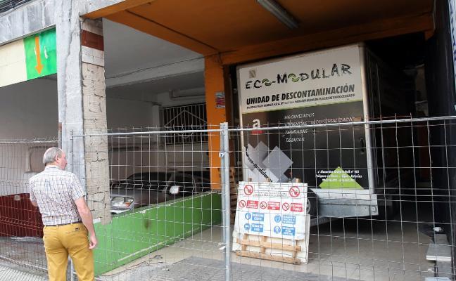Retiran los restos de amianto del bazar de Pumarín 19 meses depués del incendio