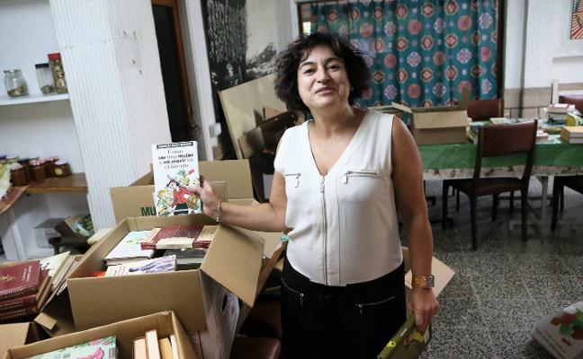 Una polesa recoge libros para donar a la biblioteca inundada de Cebolla