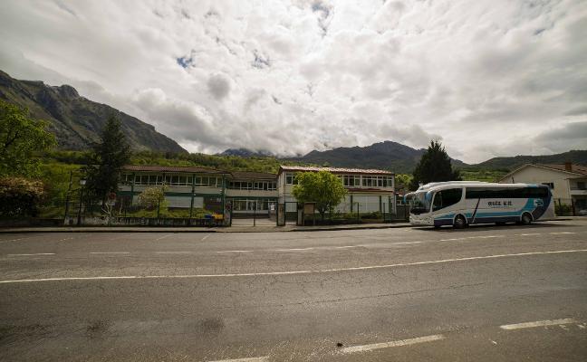 La falta de transporte impide comenzar las clases a alumnos de Peñamellera Baja
