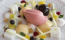 Ensalada de menta con frutas, flan de bergamota, esferas de mousse de chocolate y helado de fresa