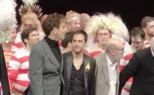 Bronca en el Teatro Real después de que varios figurantes de 'Faust' saludaran portando lazos amarillos