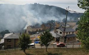 Un incendio forestal calcina dos contenedores y un coche en Santa Eulalia