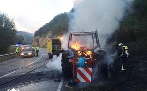 Un tractor, calcinado tras incendiarse mientras circulaba en Cabranes