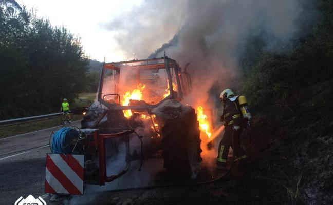 Un incendio calcina un tractor en la carretera de Cabranes