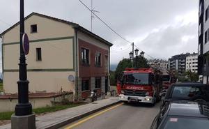 Los bomberos sofocan un incendio en una casa en Oviedo