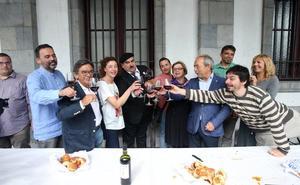 El alcalde de Oviedo tacha de «cavernícola» al PP por defender los nombres franquistas en las calles