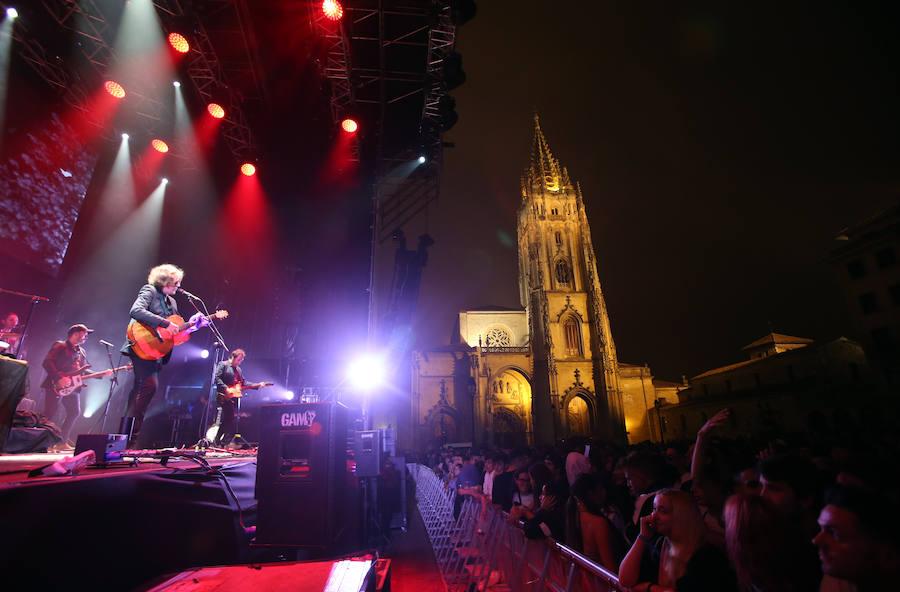 Un homenaje a Tino Casal y el cantautor Nacho Vegas encienden la noche en Oviedo