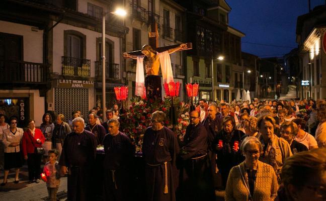 Devoción y solemnidad en la bajada del Cristo de Santa Ana a la iglesia