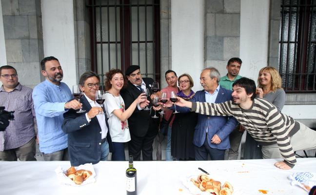 El alcalde de Oviedo tacha de «cavernícola» al PP por «defender símbolos franquistas»